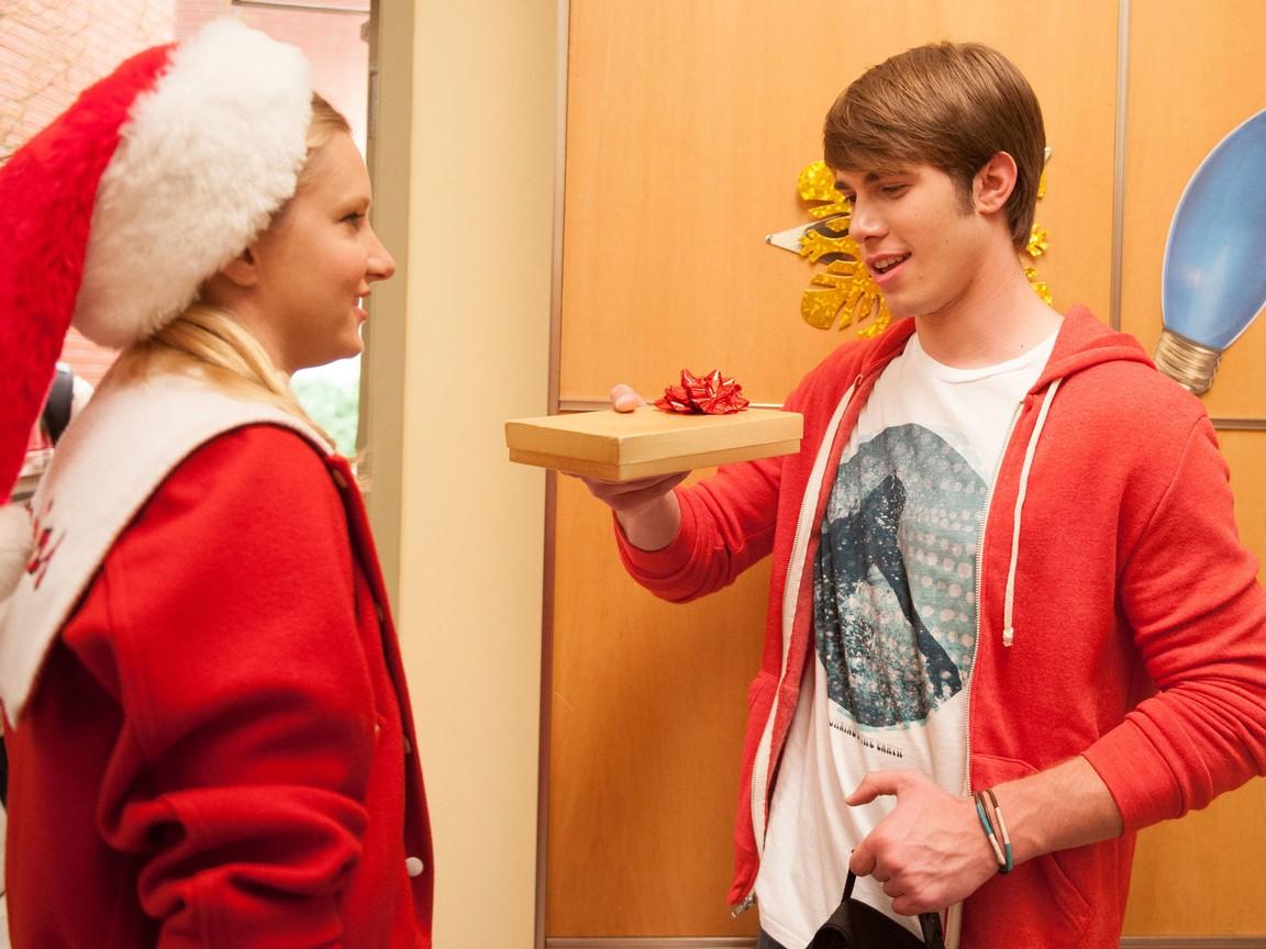 Glee - Season 4 Episode 10: Glee, Actually